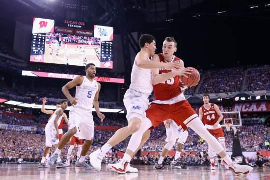 Sam Dekker vie välierässä pienemmän Trevon Bookerin korin alle Kentucky:a vastaan. Kuva: Time.com / Robin Alam